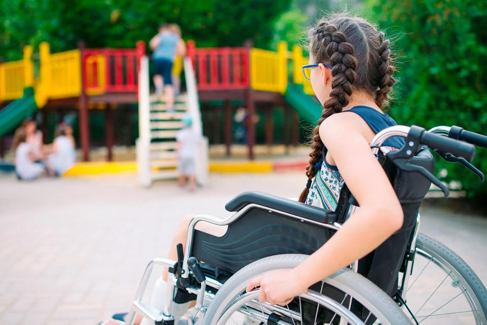 Дівчинка на інвалідному візку